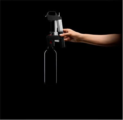 Система подачи вина Coravin установлена сверху на бутылке фото