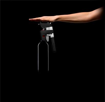 Вертикальным движением протыкаем винную пробку фото