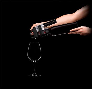 Наклоняем бутылку с системой Coravin фото
