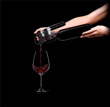 Нажимаем на пробку для подачи вина по бокалам фото