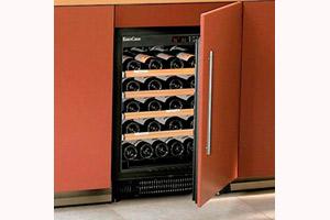 винный шкаф с технической дверью для встройки в кухню фото