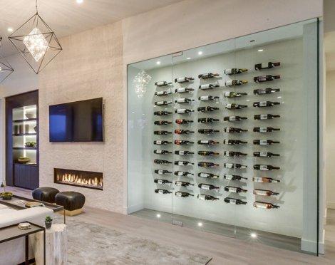 стеклянная витрина для вина с горизонтальным расположением бутылок