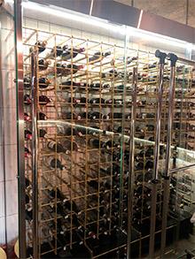 винная витрина в ресторане Салюмерия фото 2