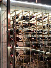винная витрина в ресторане Салюмерия фото 3