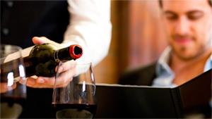 розлив вина по бокалам в ресторане фото