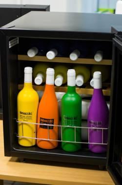 презентация бутылок в винном шкафу